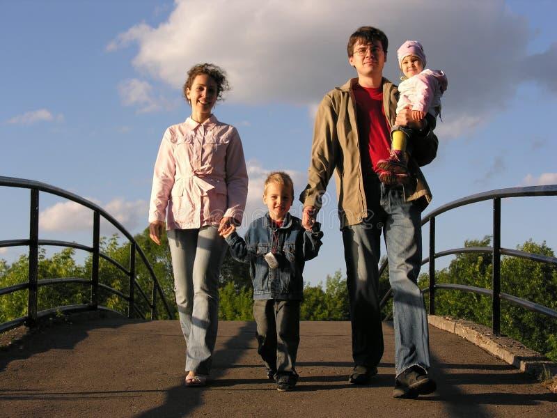 Familie auf Brücke stockfoto