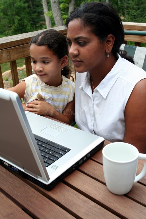 Familie auf Computer stockfoto