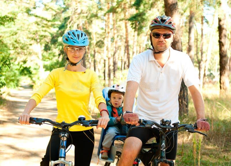 Familie auf dem Fahrrad im sonnigen lizenzfreies stockbild