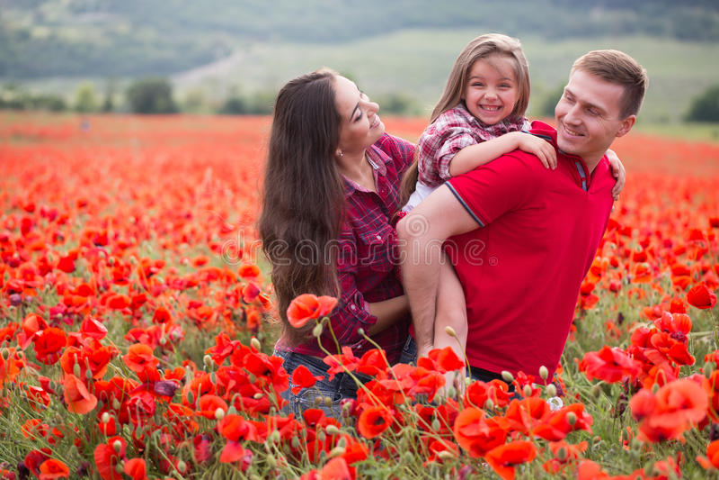 Familie auf dem Mohnblumenfeld stockbilder