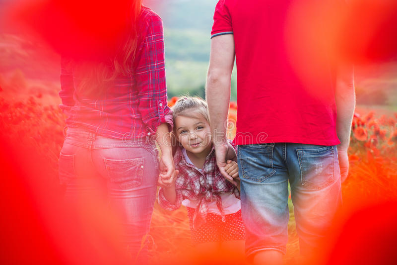 Familie auf dem Mohnblumenfeld lizenzfreie stockfotografie