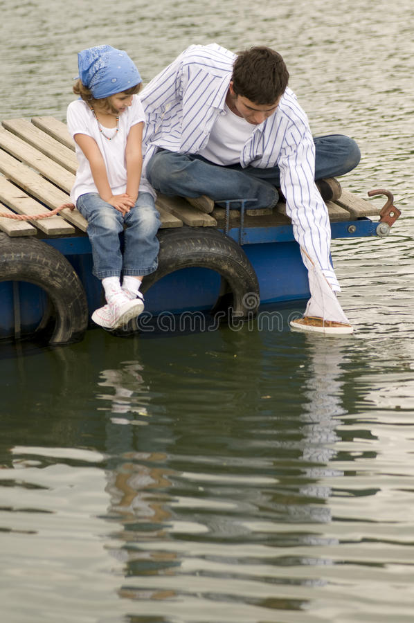 Familie auf dem Pier stockfotos