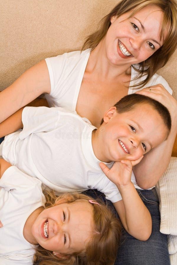 Familie auf dem Sofa stockfoto
