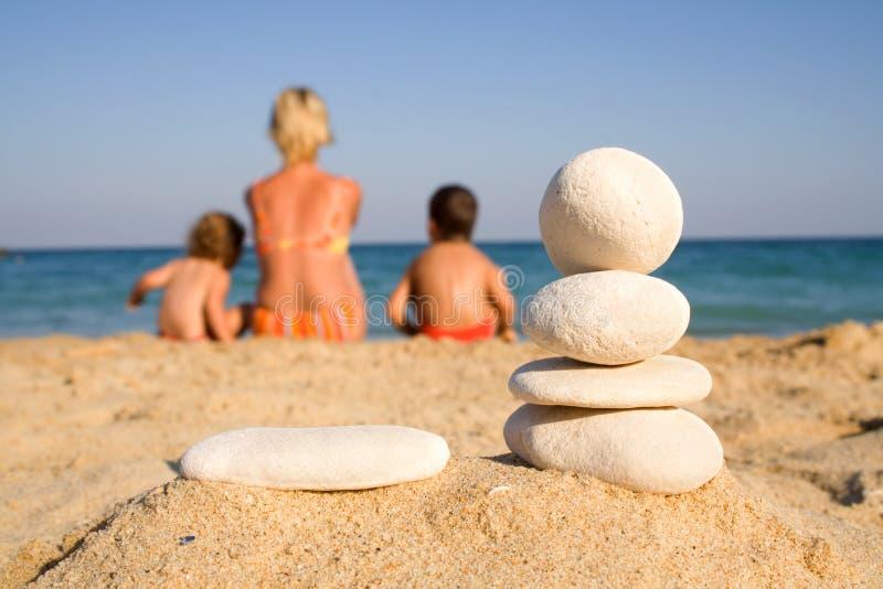 Familie auf dem Strand stockbild