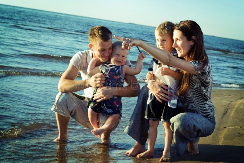 Familie auf dem Strand. lizenzfreie stockbilder