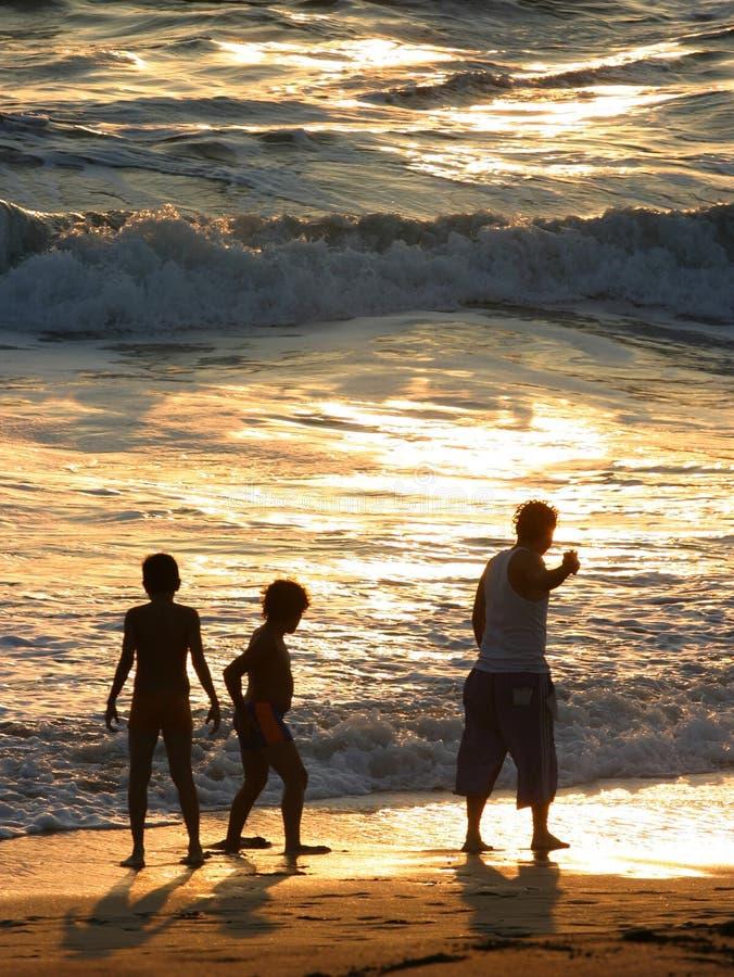 Familie auf dem Strand lizenzfreies stockfoto