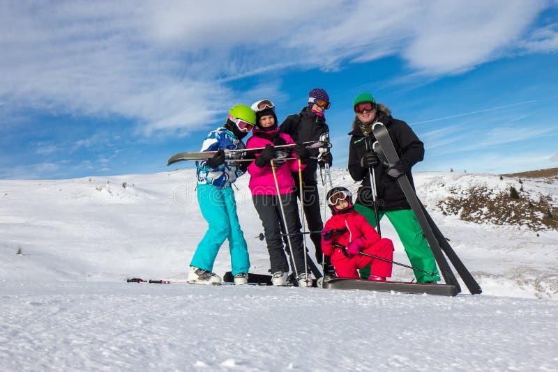 Familie auf den Skiferien stockbilder