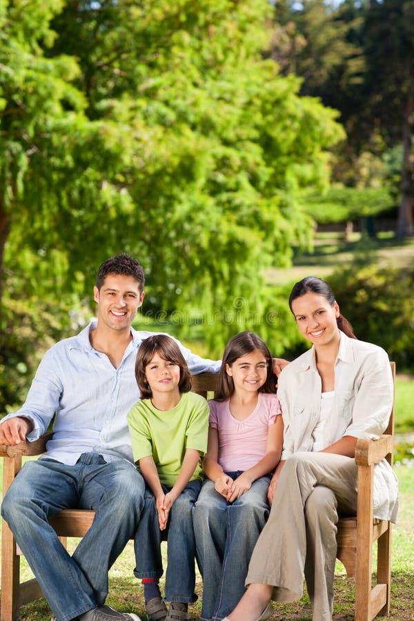 Familie auf der Bank stockfoto