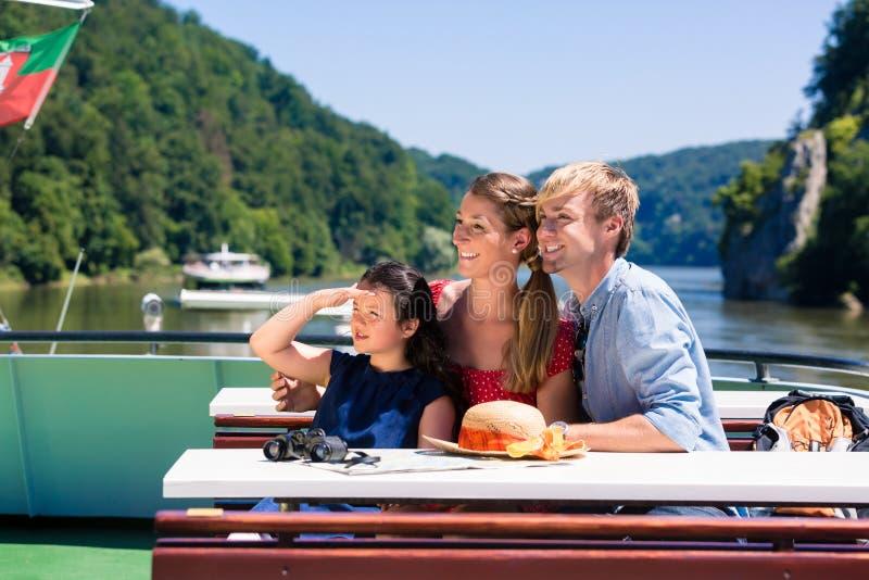 Familie auf der Flusskreuzfahrt, die Berge von der Schiffsplattform betrachtet lizenzfreie stockfotos