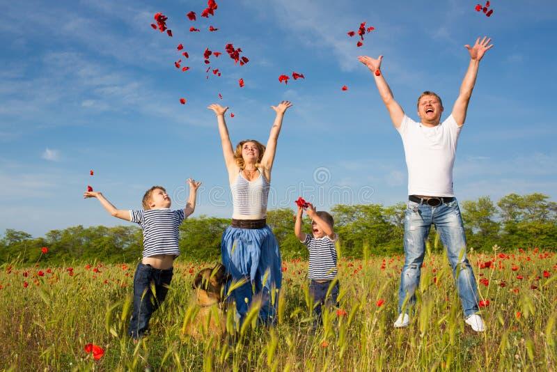 Familie auf der Mohnblumenwiese stockbilder