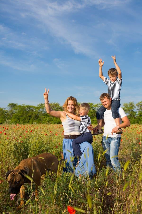 Familie auf der Mohnblumenwiese lizenzfreies stockfoto