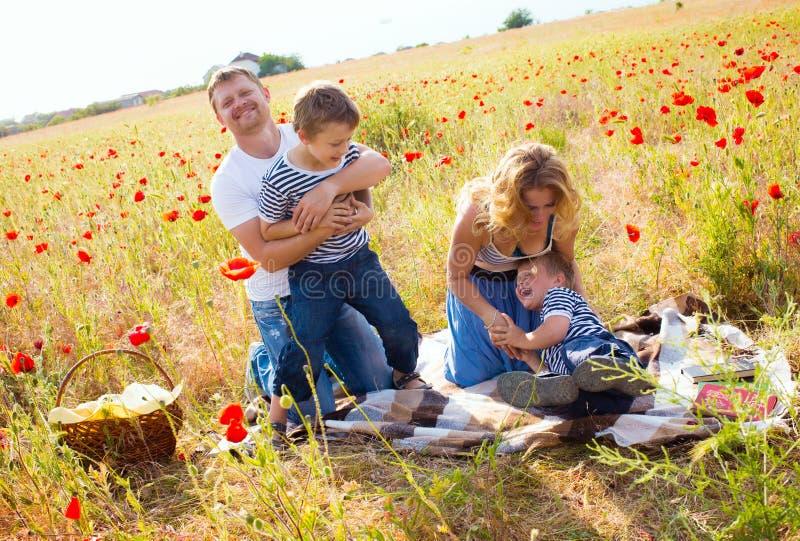Familie auf der Wiese stockfotografie
