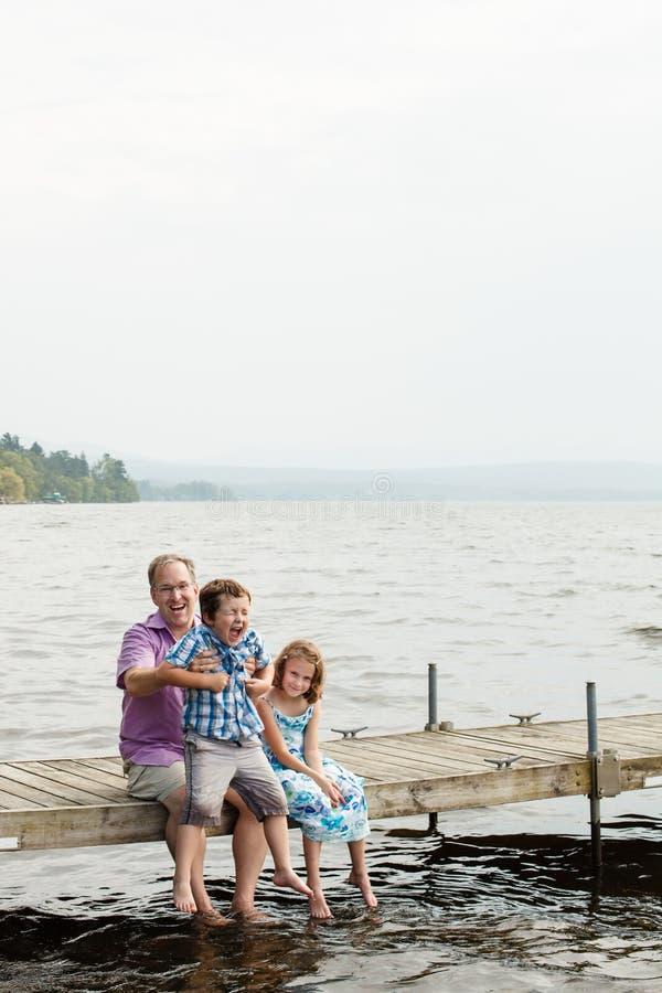 Familie auf einem Kai stockfoto