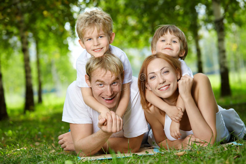 Familie auf einem Rasen lizenzfreie stockfotos