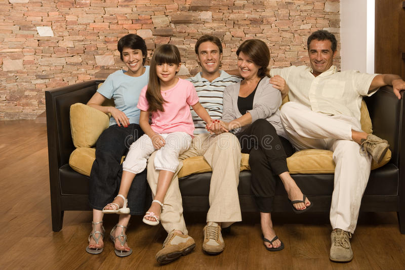 Familie auf einem Sofa stockbild