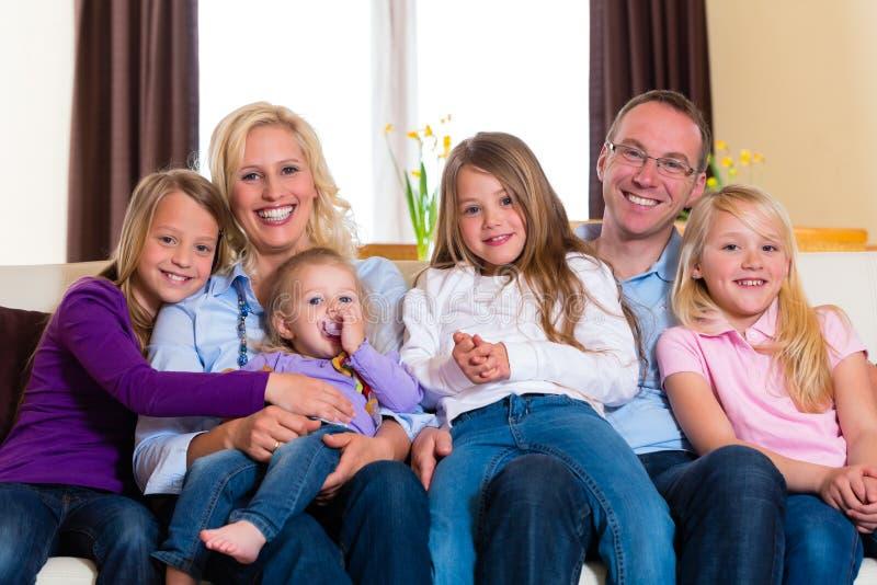 Familie auf einer Couch lizenzfreie stockbilder