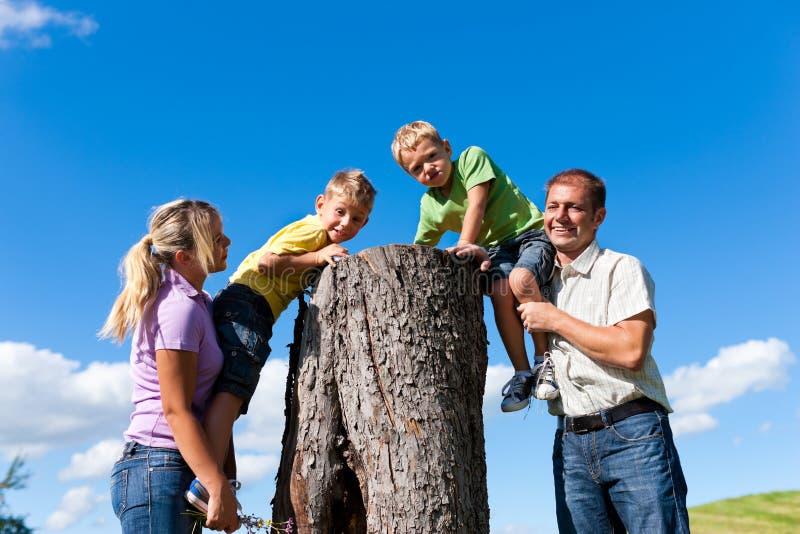 Familie auf Exkursion am Sommer lizenzfreies stockfoto