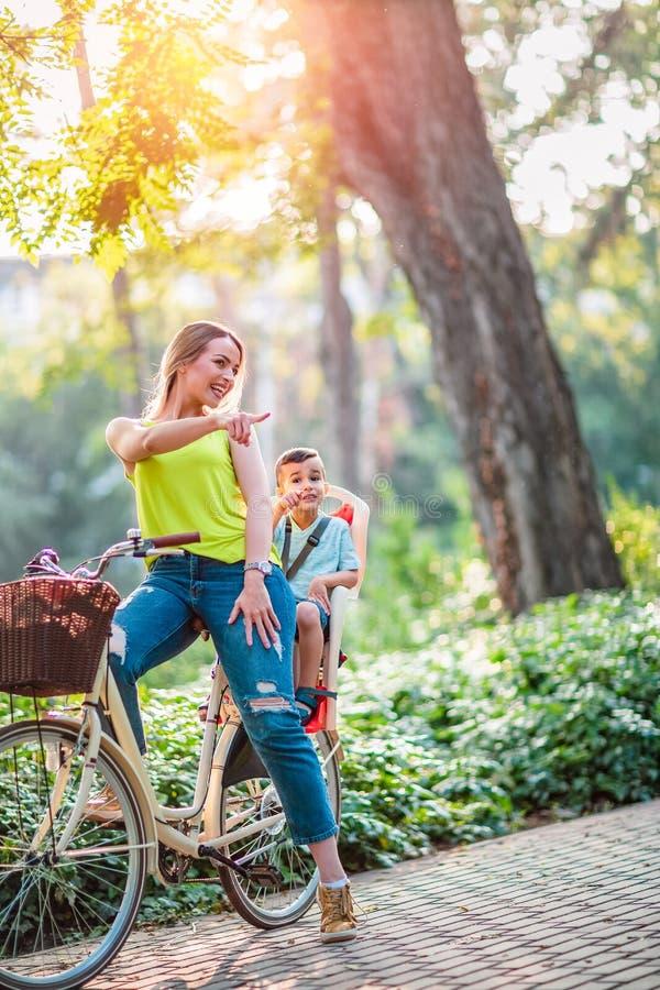 Familie auf Fahrrädern Mutter und Sohn, die zusammen Fahrrad draußen fahren stockfotos