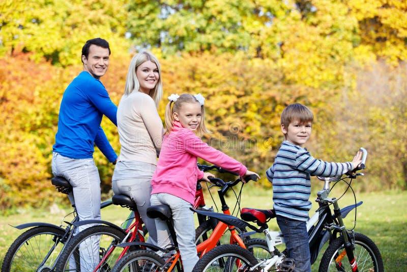 Familie auf Fahrrädern stockbild