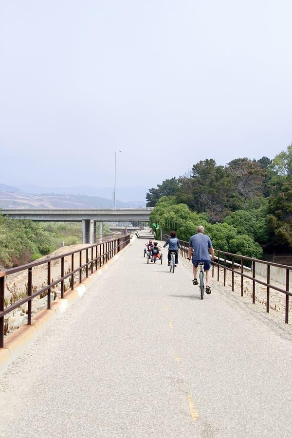 Familie auf Fahrrad-Ausflug lizenzfreie stockfotos