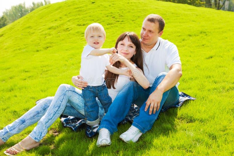 Familie auf Gras lizenzfreie stockfotos