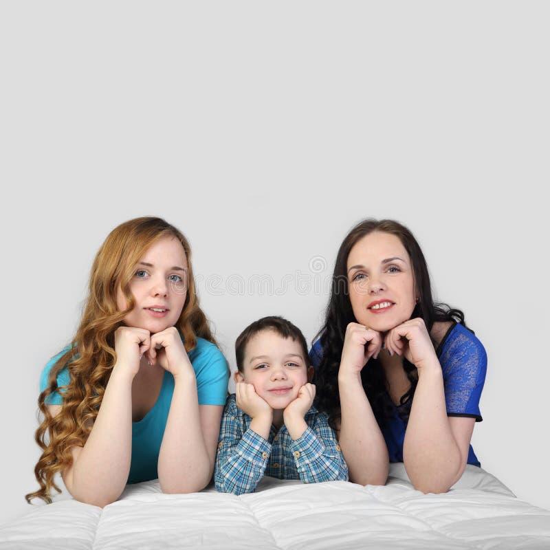 Familie auf Grau lizenzfreie stockfotografie