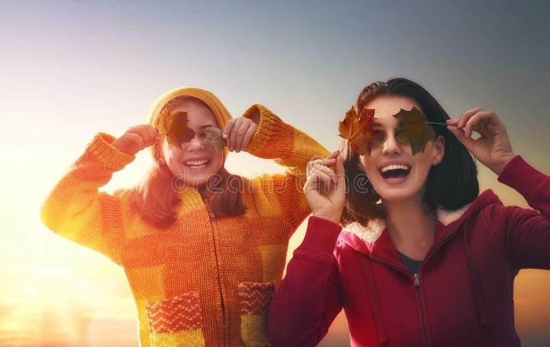 Familie auf Herbstweg stockfotos