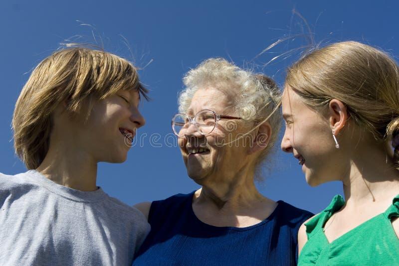Familie auf Himmel lizenzfreie stockbilder