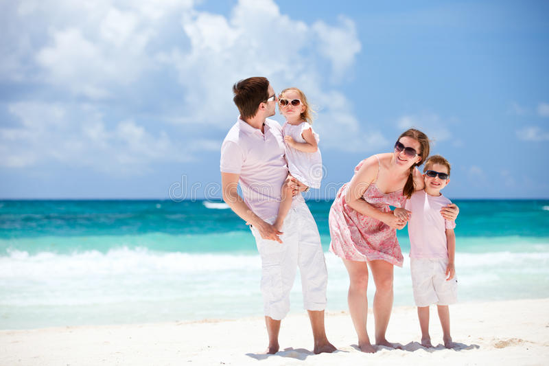 Familie auf karibischen Ferien lizenzfreie stockfotos