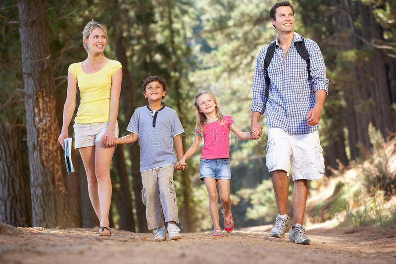 Familie auf Landweg lizenzfreie stockfotos