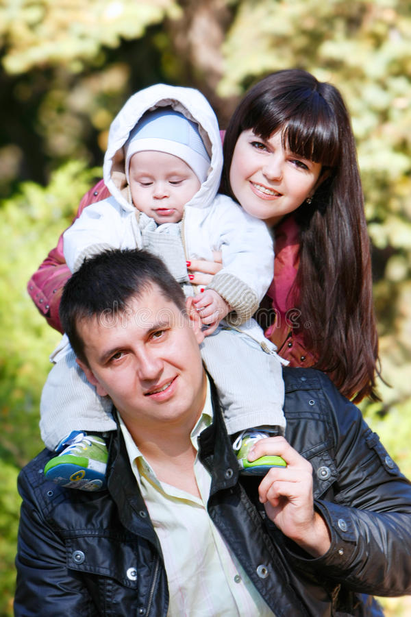 Familie auf natürlichem Hintergrund lizenzfreie stockfotos