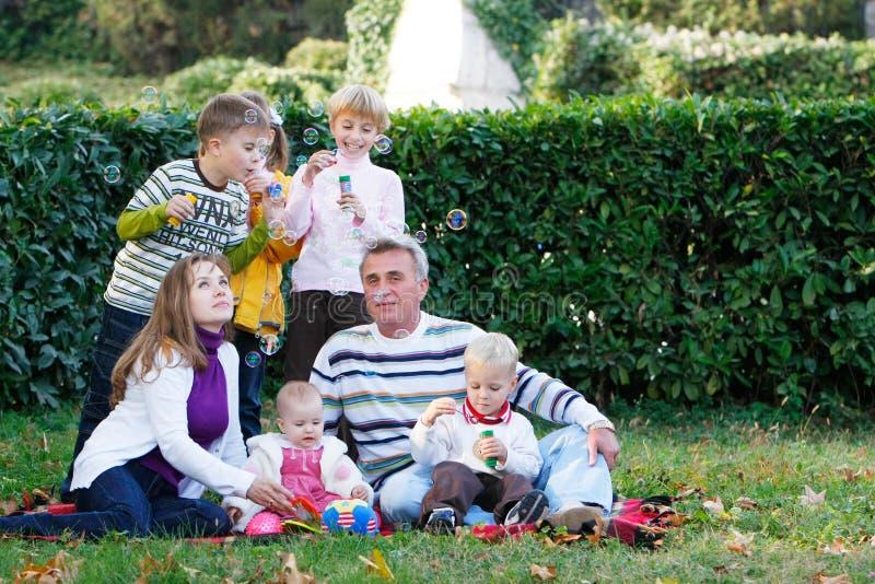 Familie auf natürlichem Hintergrund lizenzfreies stockbild