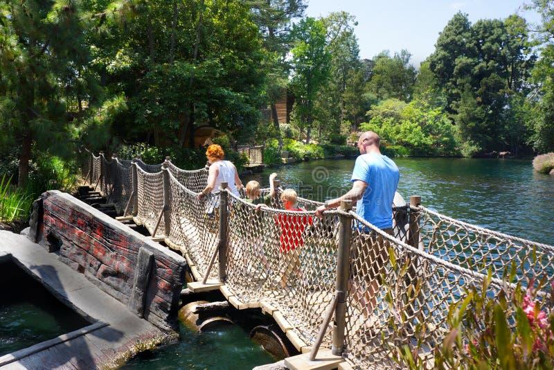Familie auf sich hin- und herbewegender Fass-Brücke Tom Sawyer Island Disneyland stockfoto