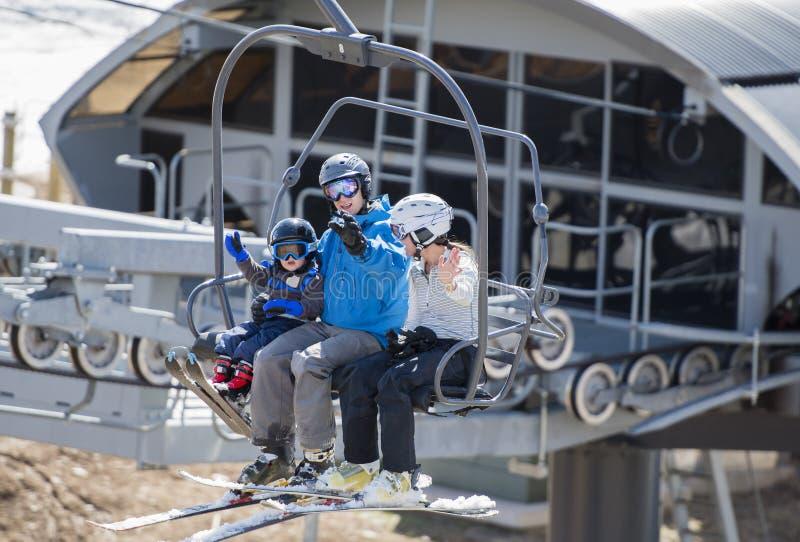 Familie auf Ski Lift mit dem jungen Kleinkind, das oben der Berg geht stockfotos