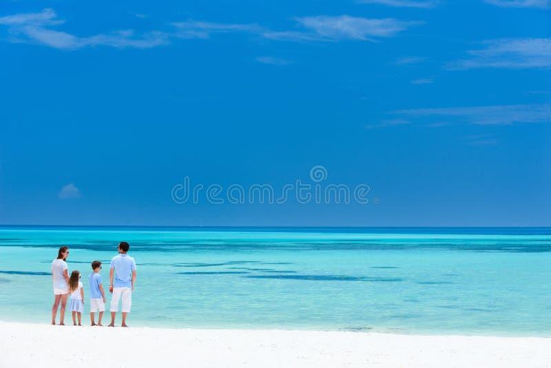 Familie auf Sommerstrandferien stockfoto