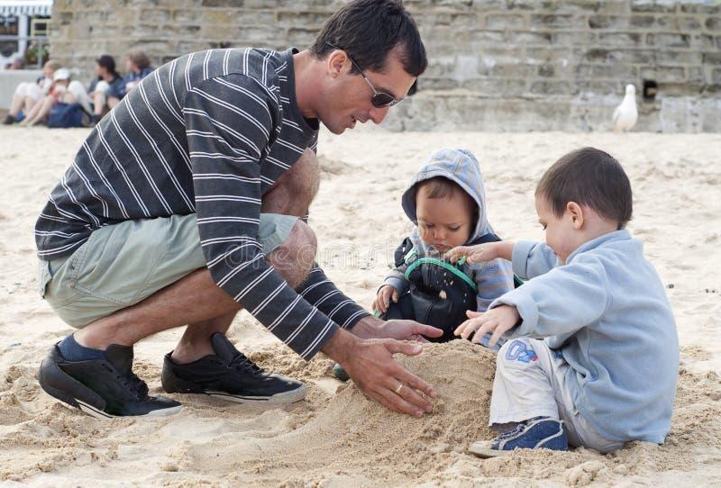 Download Familie auf Strand stockbild. Bild von strand, feiertag - 27726349