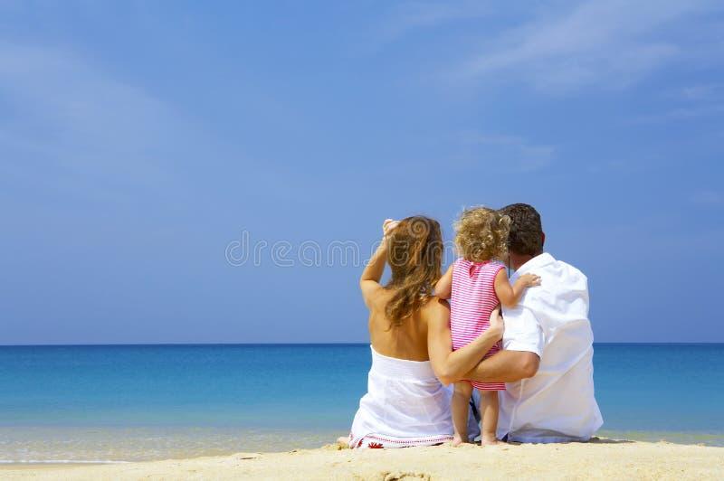Familie auf Strand lizenzfreie stockfotografie