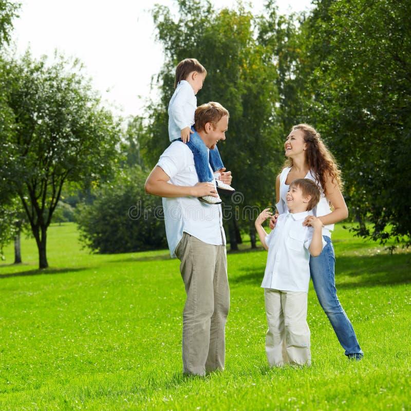 Familie auf Weg stockfotos