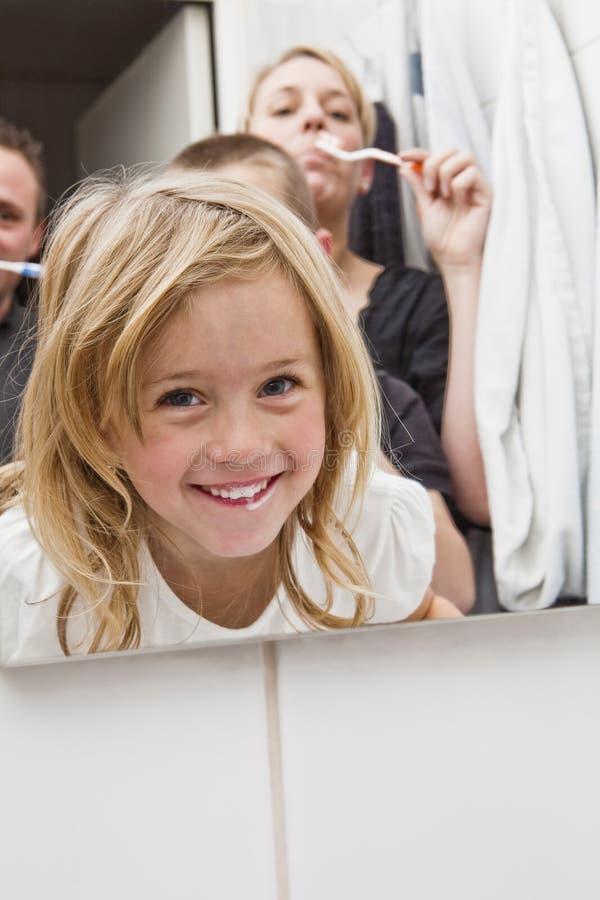Familie auftragende teeths lizenzfreie stockfotos