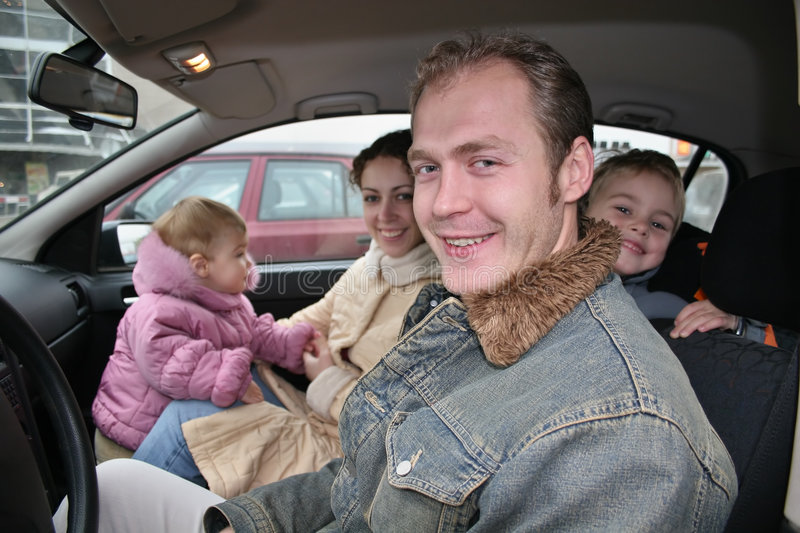 Familie in auto royalty-vrije stock fotografie