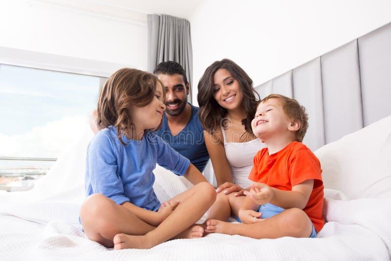 Familie in bed royalty-vrije stock foto's