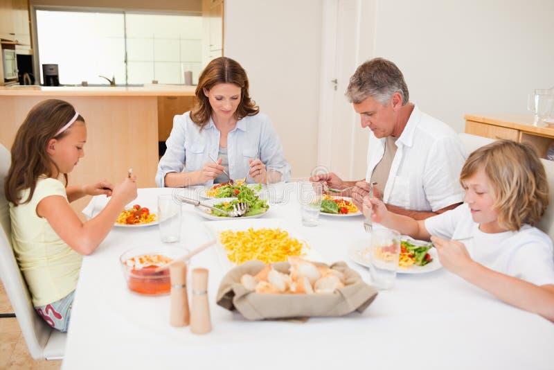 Familie begonnen hebbend diner royalty-vrije stock afbeeldingen