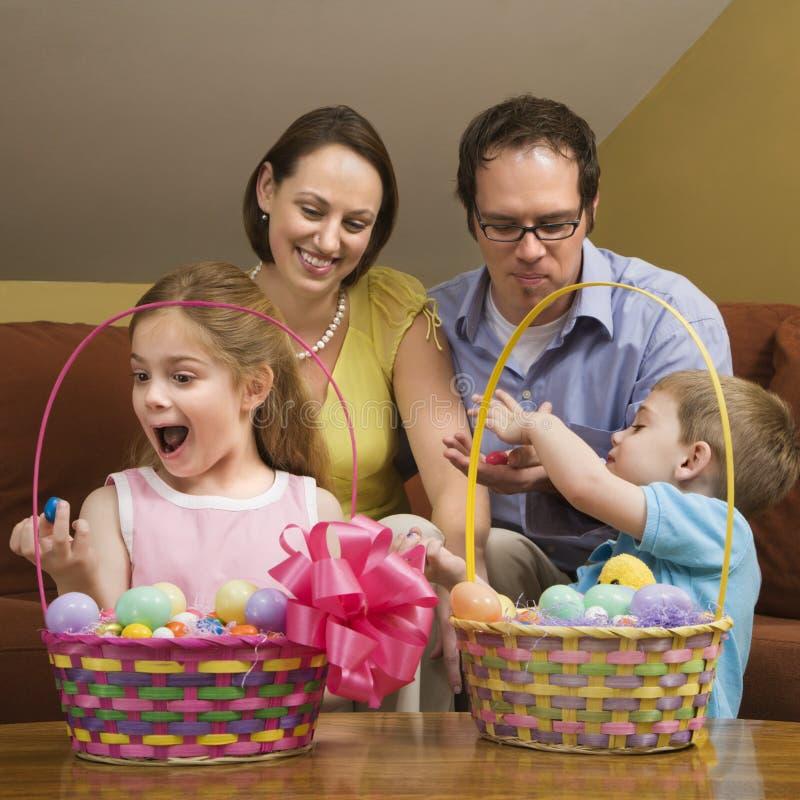 Familie bei Ostern. lizenzfreie stockfotos