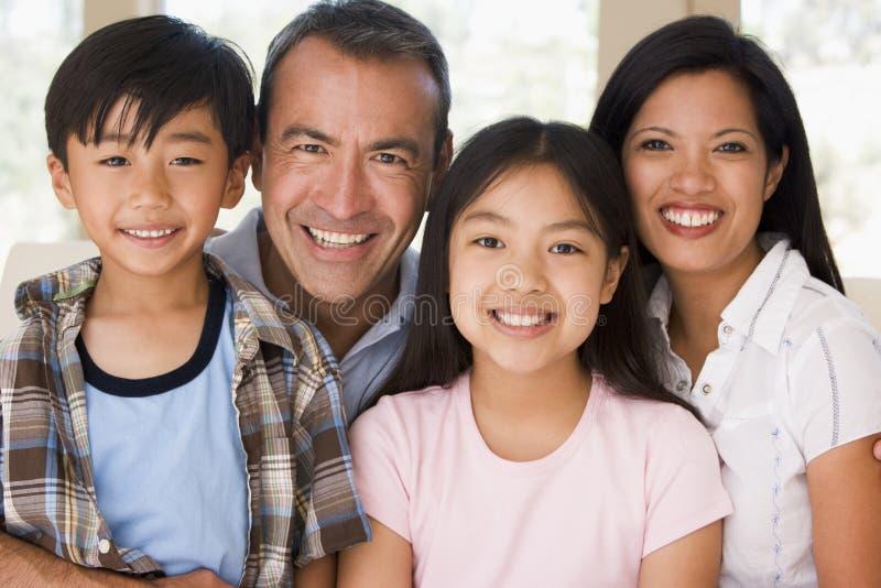 Familie beim Wohnzimmerlächeln stockfotografie