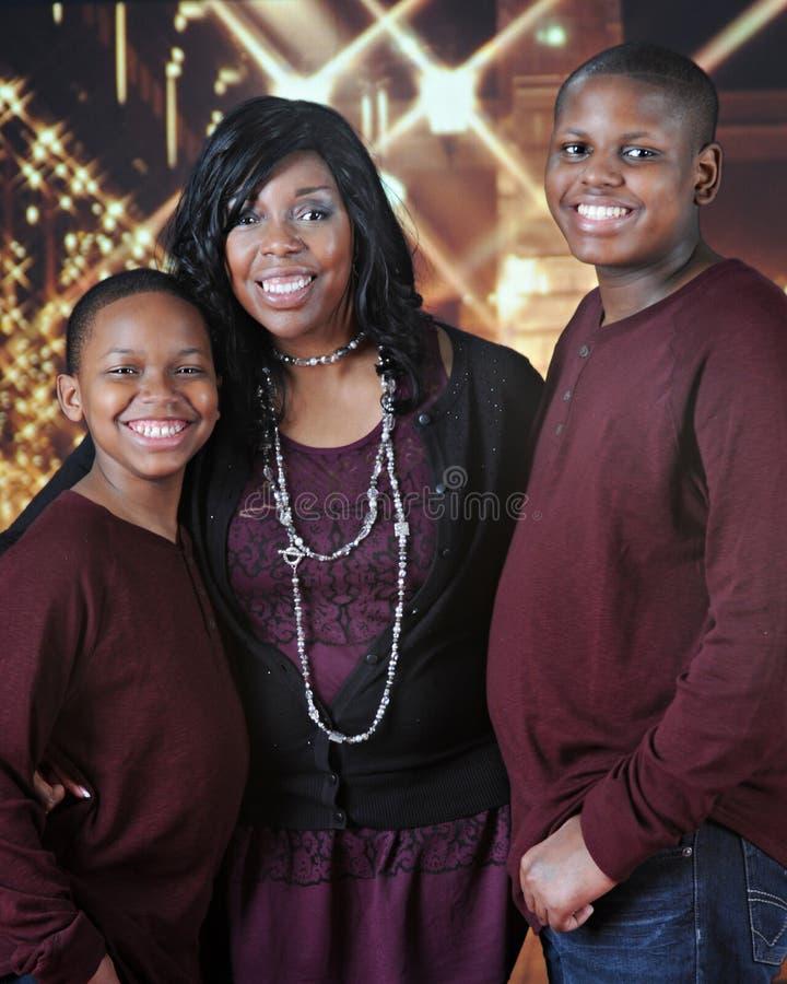 Familie bereit zum Weihnachtsshop lizenzfreies stockfoto
