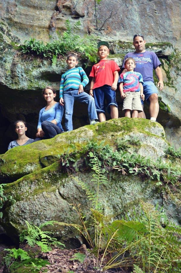 Familie bergbeklimming royalty-vrije stock fotografie