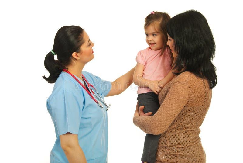 Familie bij arts stock foto