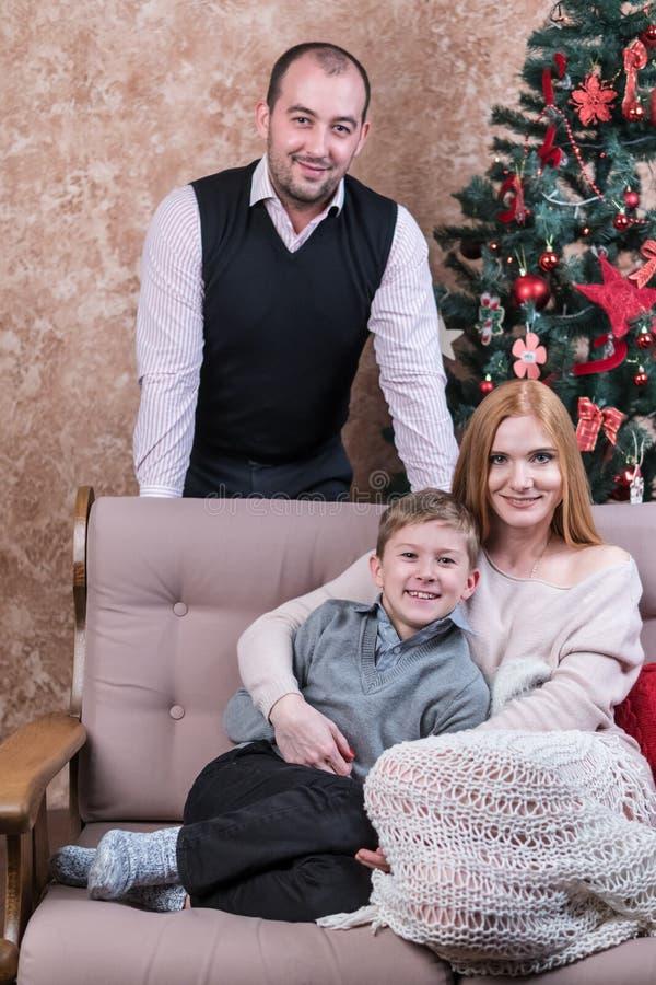 Familie bij de Kerstboom royalty-vrije stock foto's