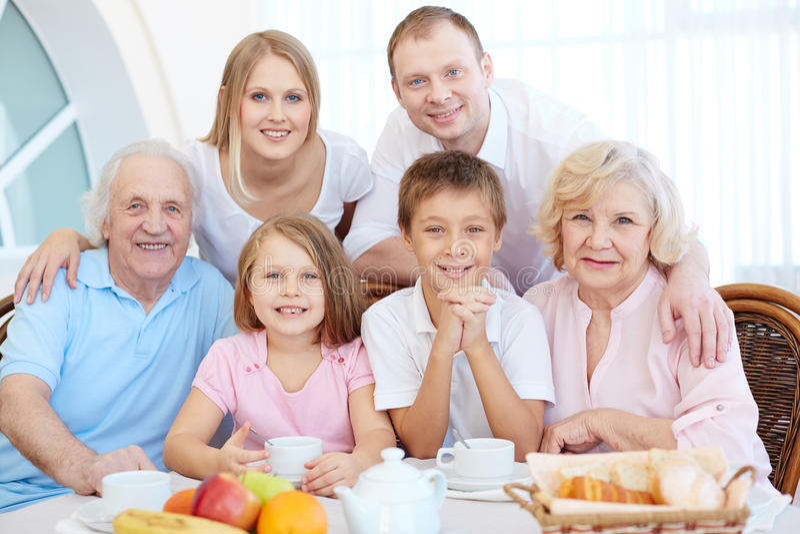 Familie bij dinerlijst royalty-vrije stock fotografie