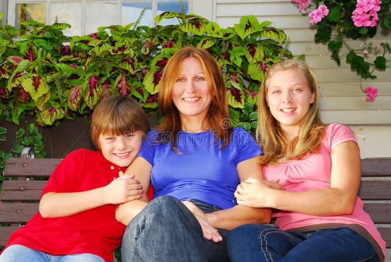 Familie bij een huis royalty-vrije stock afbeelding